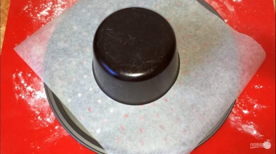 Переложите цилиндр швом вниз и растяните до длинны 40-50 см. Круглую жаропрочную форму диаметром около 30 см. покройте пергаментом. По центру поставьте жаропрочную форму диаметром около 15 см., смазанную маслом.