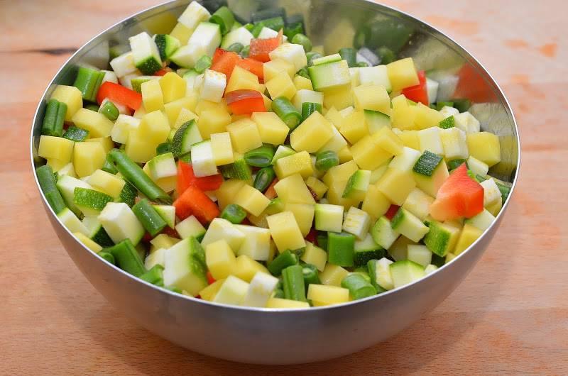 В другой миске смешиваем картофель, горошек, сладкий перец, кабачок и стручковую фасоль.