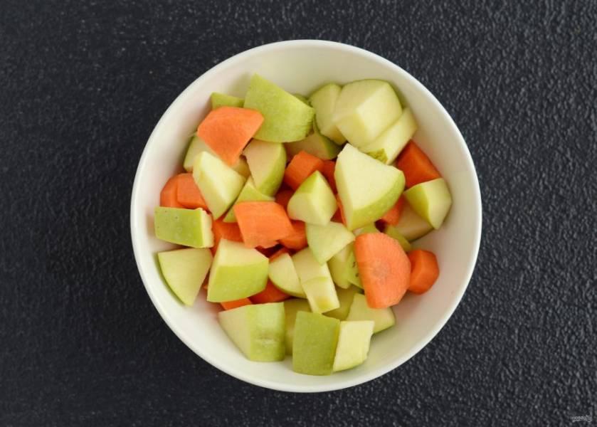 Морковь очистите от кожуры, с яблока можно не снимать. Затем нарежьте их на ломтики среднего размера.