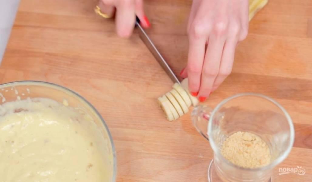 4. Тем временем приготовьте банановое пюре: немного помните банан вилкой или блендером. Добавьте его к остывшей желтковой массе и взбейте миксером. В стакан, в котором будете подавать пудинг, насыпьте измельченное печенье, добавьте несколько ломтиков банана и добавьте сам пудинг.