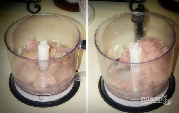 3. Куриное филе вымойте и измельчите. Добавьте соль и специи по вкусу.