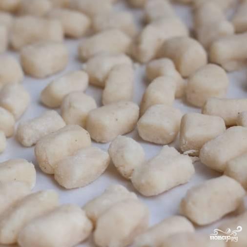 9. Ньокки можно замораживать впрок. Я выкладываю их на ровную подставку, замораживаю в морозилке, а затем складываю в коробочки и храню в морозилке.