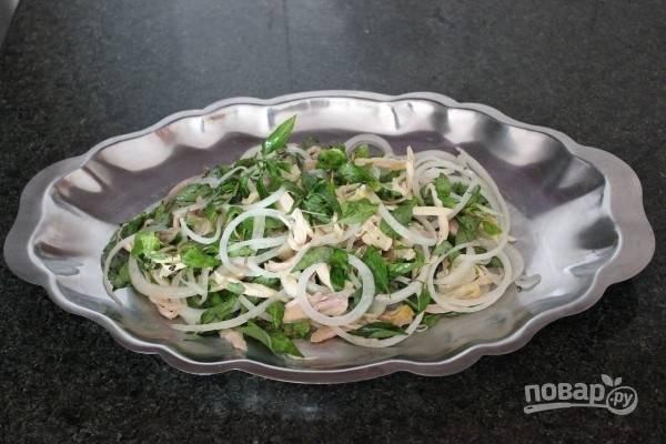 Влейте в салат оставшийся сок лимона. По вкусу можете добавить острый соус. Приятной дегустации!