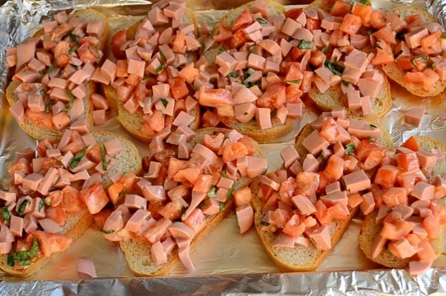 На противень выложите хлеб, сверху положите подготовленную начинку. Ее не жалейте, побольше накладывайте на каждый кусок.