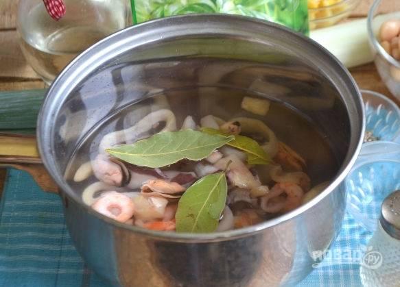 2. Отправьте в кипящую подсоленную воду морепродукты. Для аромата добавьте лавровый лист, для вкуса – сок лимона. Через минуту снимите с огня и оставьте в воде еще минутки на 3-4.