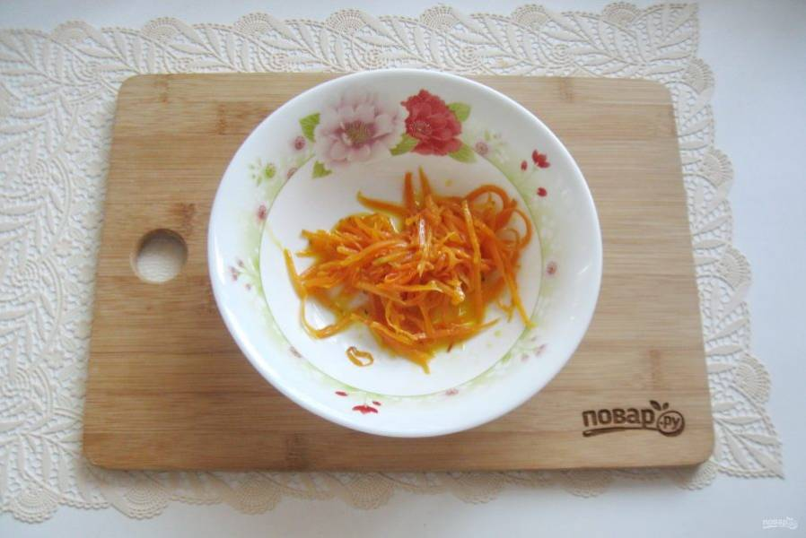 Выложите морковь в салатник.