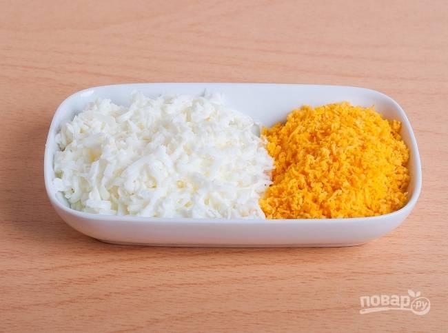 6.Отвариваю яйца и остужаю, затем отделяю желток от белка, измельчаю их по отдельности на мелкой терке.