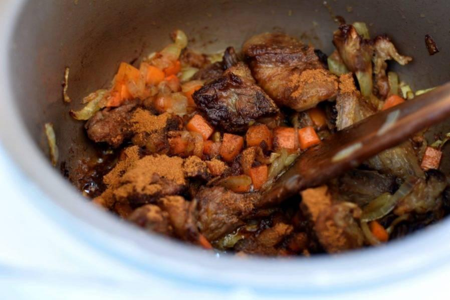 Посыпьте мясо паприкой, дайте ей окрасить масло в оранжевый цвет.