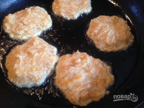 5. Разогреваем сковороду с растительным маслом на среднем огне и ложкой выкладываем массу, формируя круглые драники.