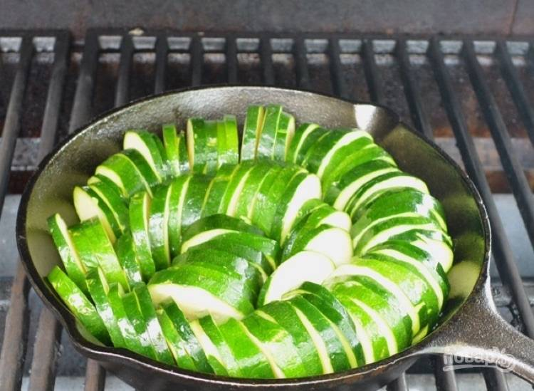 4.Отправьте сковороду на разогретый гриль, запекайте 20 минут.