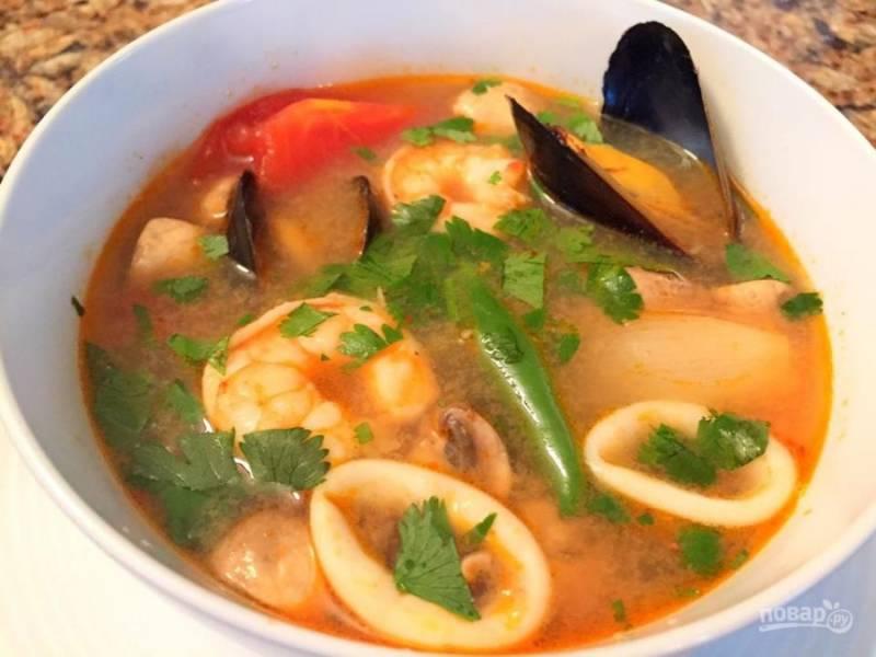При подаче достаньте листья и лимонную траву, разлейте суп по тарелкам и добавьте в каждую немного перца, зелени по вкусу и сока лайма. Наслаждайтесь!