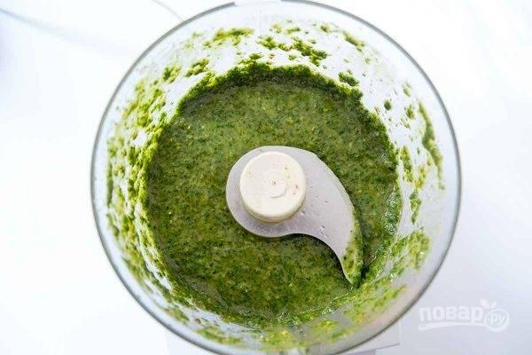 Куриные бедрышки промойте, обсушите, натрите солью и пока отложите. Для соуса в чашу блендера положите очищенный чеснок, петрушку, кинзу, соль, тмин, кориандр, паприку и лимонную цедру. Пробейте несколько раз в режиме «Пульс» и, постепенно добавляя оливковое масло и лимонный сок, обработайте массу, чтобы получился однородный соус.