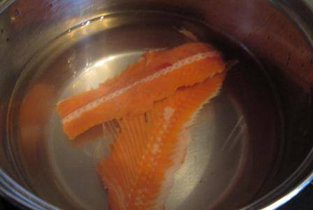Рыбу разбираем на филе. Филе используем для запекания, лишь небольшой кусочек оставим для ухи. Хребет не выбрасываем, он нам пригодится для ухи. Заливаем хребет холодной водой и ставим вариться минут на 15.