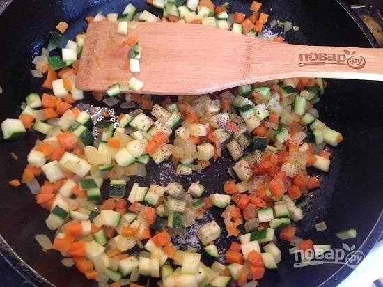 3. Посолим и поперчим овощи по вкусу. И отставим в сторонку, пусть слегка остынут.