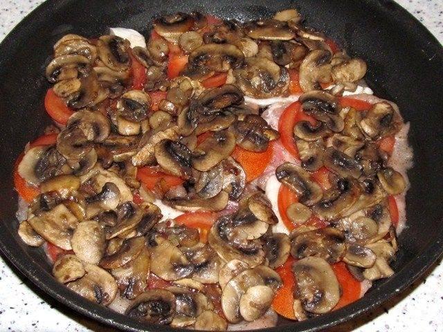 4.Положите на каждый помидор прожаренные грибы. Покройте продукты слоем сливок или сметаны.