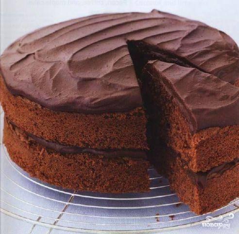 Топим шоколад,  можно с помощью водяной бани. Полученную глазурь накладываем на наш торт. Вот и получился наш десерт, как я и писала, он очень простой. Осталось попробовать, чтоб вы убедились, какой он вкусный.