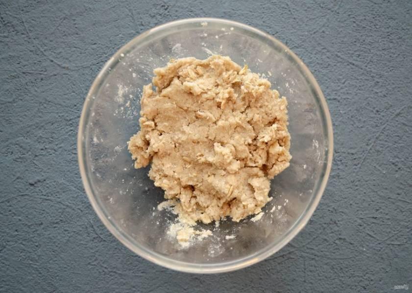 Добавьте масло и ванильный сироп, ещё раз перемешайте. Затем влейте воду, замесите тесто. Оно должно получится влажным, немного рассыпчатым.