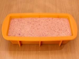 Выливаем тесто в предварительно смазанную маслом форму и выпекаем в духовке 40 минут при температуре 180 градусов.