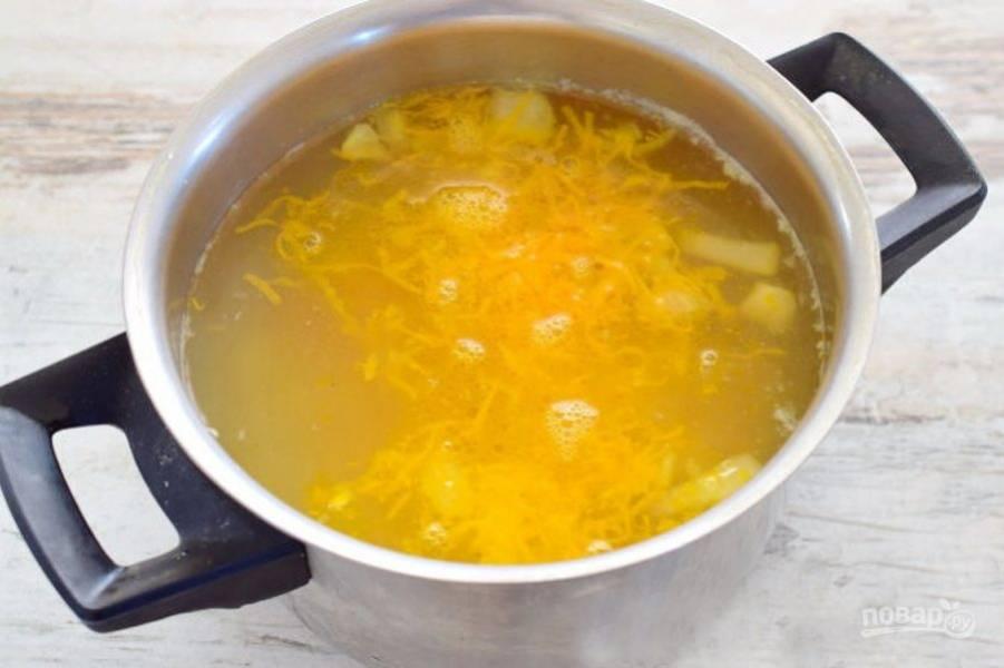 Поджаренные овощи со сковороды отправьте к картофелю и проварите еще 10-15 минут.