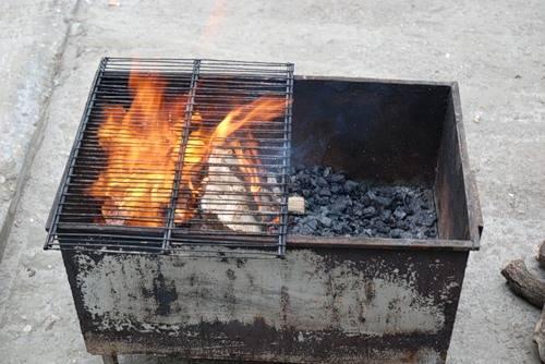 2. Мариновать мясо лучше как можно дольше, лучше всего - сутки. На следующий день займемся делом. Развести огонь, и пока он разгорается, прокалить решетки из коптильной камеры.
