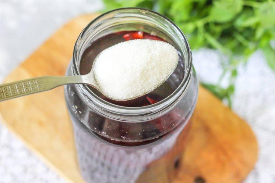 В теплый чай добавьте сахарный песок по вкусу и тщательно размешайте. Половину лимона нарежьте ломтиками, из второй четвертинки выжмите сок в емкость.