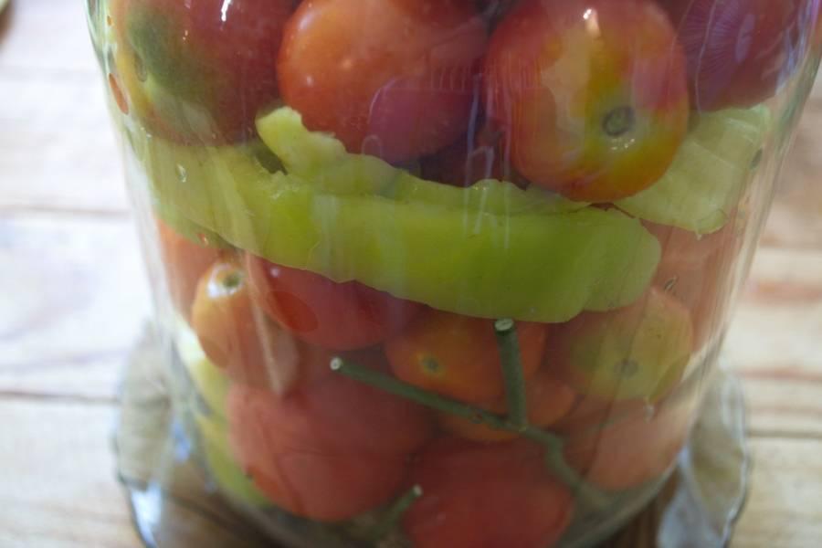 Заполните банку помидорами и нарезанным болгарским перцем.