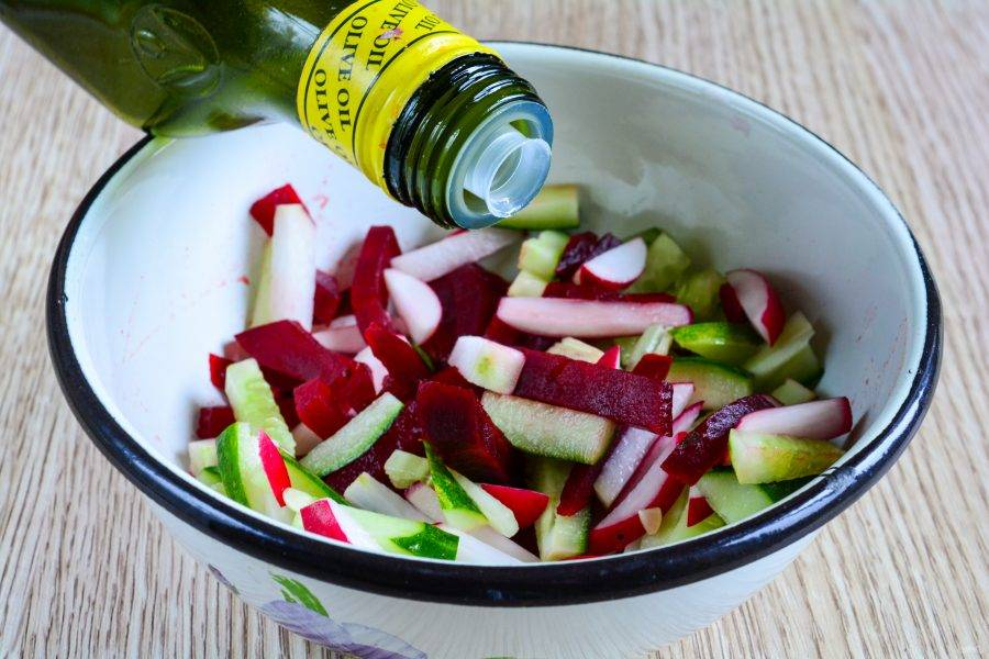 Добавьте оливковое масло и перемешайте, попробуйте на вкус, немного подсолите.