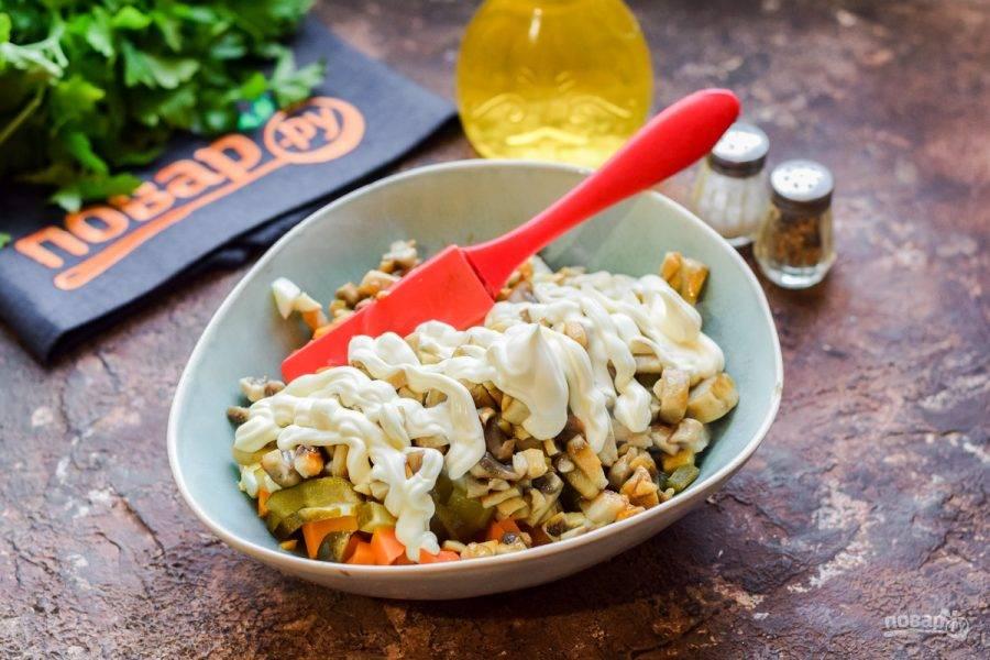 Добавьте в салат жареные грибы, майонез, соль и перец. Перемешайте все и подавайте салат к столу.