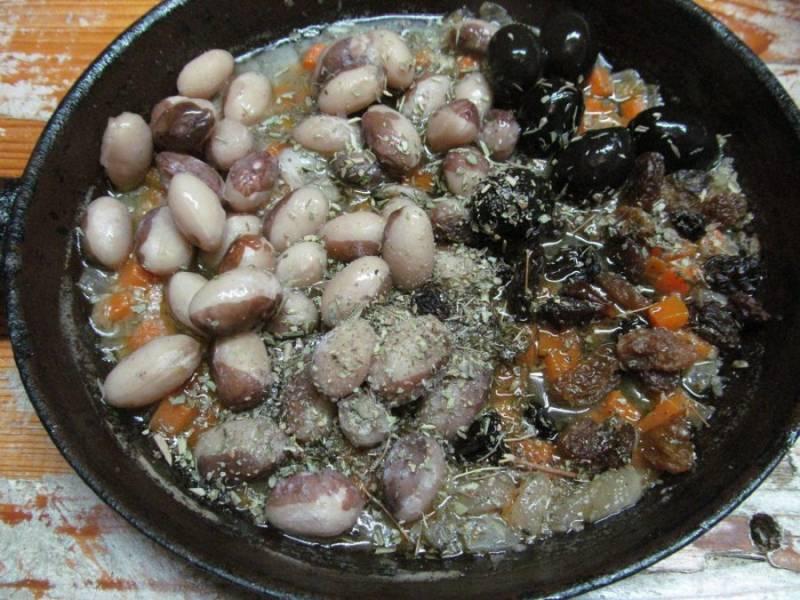 По истечении времени выньте сковороду из духовки, снимите фольгу и добавьте в блюдо фасоль, изюм, оливки, тимьян. Верните блюдо в духовку еще на 20 минут без фольги.
