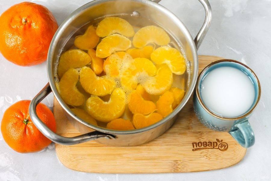 Как только компот из мандаринов сварится, в 50 мл. холодной воды размешайте картофельный крахмал. Именно в холодной воде, иначе в горячей или теплой крахмал собьется в комочки, и вы получите кисель с комочками! Можно использовать и кукурузный крахмал, если картофельного нет в наличии.