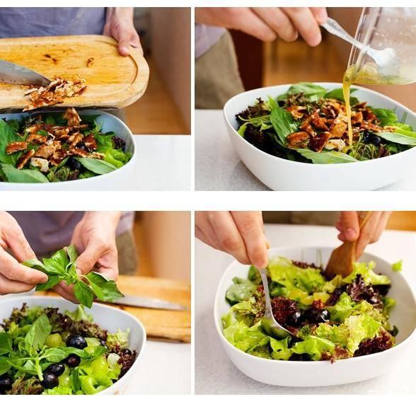 Добавляем обжаренный сыр в сервировочное блюдо, заливаем нашей заправкой, добавляем свежую зелень и перемешиваем.