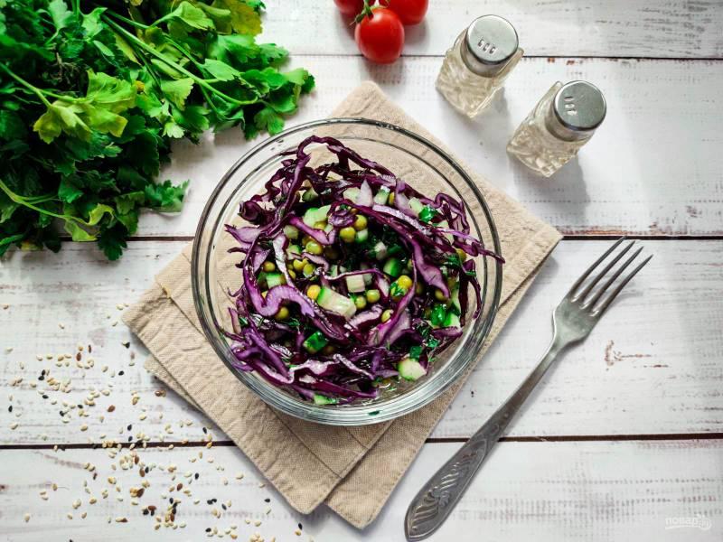 Салат с краснокочанной капустой и горошком