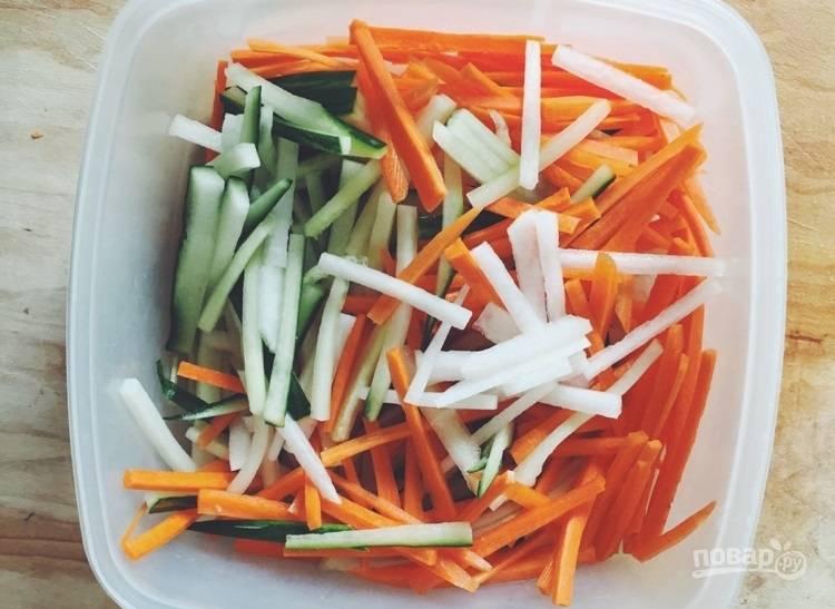 2.В отдельной миске смешайте овощи с семенами кунжута.