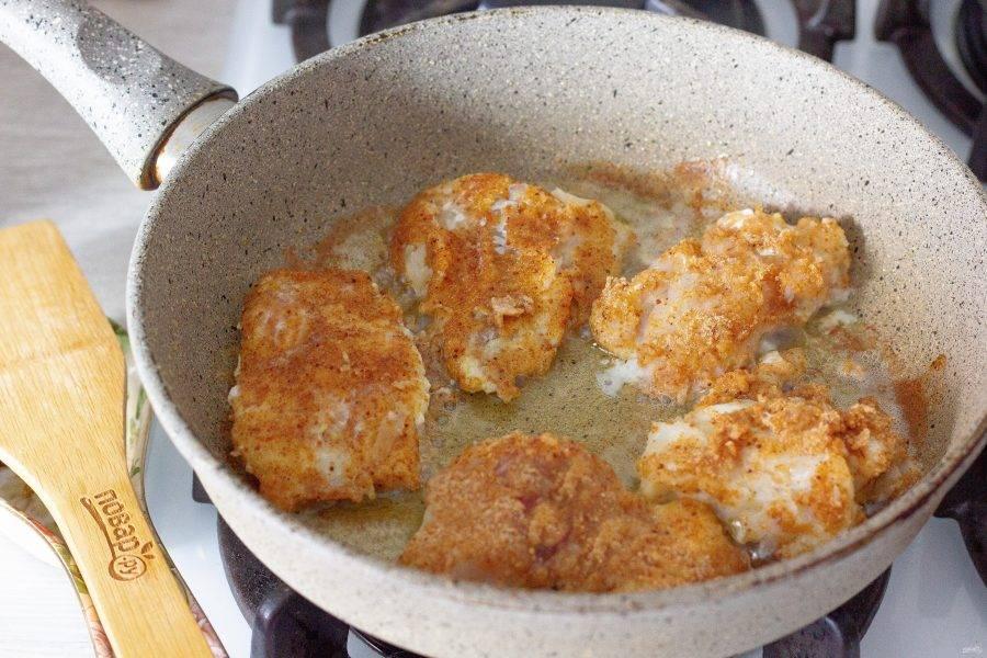 На разогретую сковороду налейте немного оливкового масла. Кусочки рыбы обмакните в яйце, затем обваляйте в сухарях и обжарьте с двух сторон до румяности.