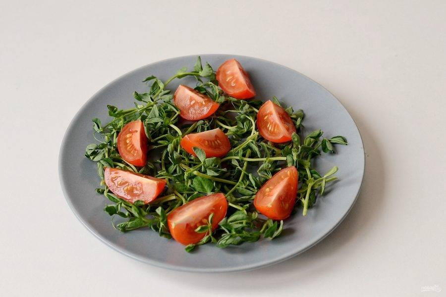 На тарелку выложите ростки гороха и помидоры черри.