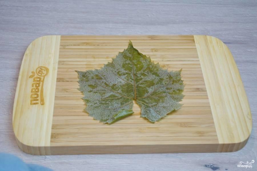 Для приготовления долмы я использую замороженные летом молодые листики белого винограда. Можно взять засоленные или маринованные листья, но их следует вымочить, чтоб удалить лишнюю соль.