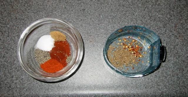 1. Для начала необходимо подготовить специи. В данном варианте используется 2 щепотки паприки, соль и перец по вкусу, немного сахара и тмина, острый перец чили.  Рецепт приготовления свинины на гриле можно изменить по вкусу, используя другие специи для мяса.