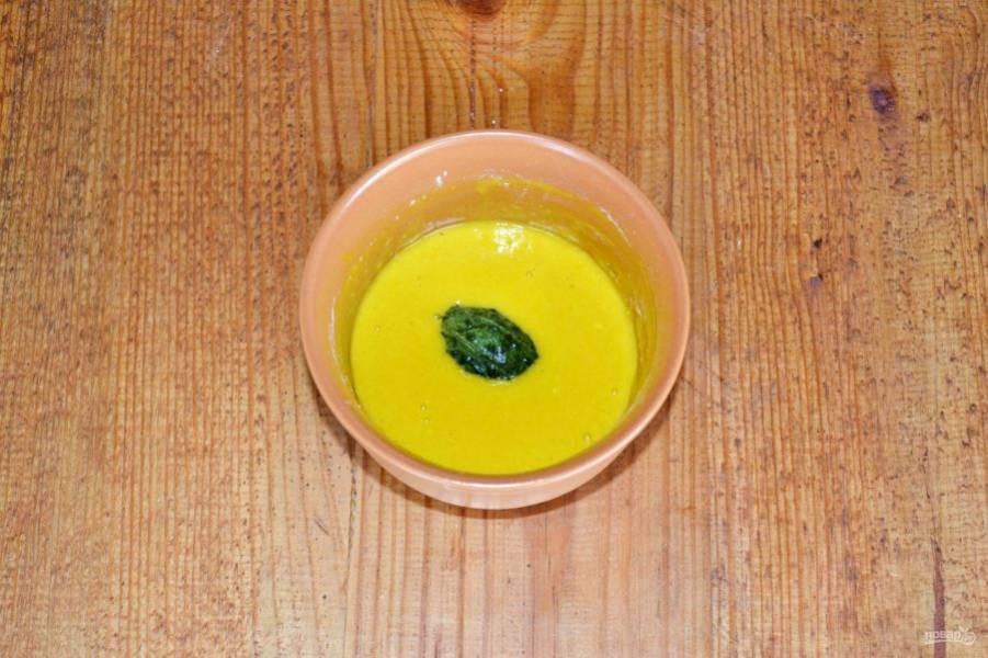 Каждый кусочек окуните в кляр и выложите на сковороду с разогретым растительным маслом.
