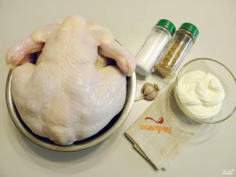 Приготовьте продукты и специи. Курицу вымойте тщательно внутри и снаружи, удалите остатки перьев и лишний жир, внутри удалите остатки легких и почки. Попку можно отрезать полностью или оставить ее, но удалив семенники.