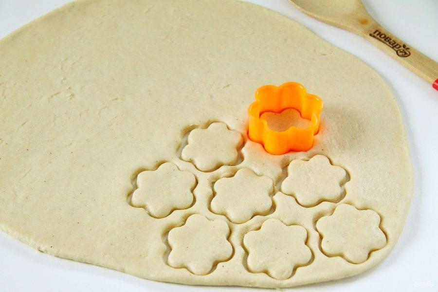 Затем раскатайте тесто в пласт толщиной около 5 мм и вырежьте печенье, используя любые понравившиеся формочки.