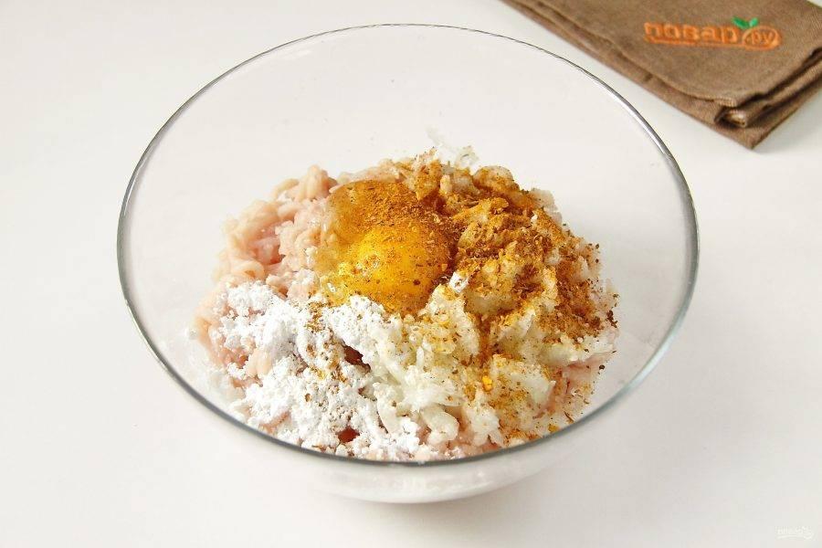Добавьте к фаршу яйцо, крахмал, измельченный максимально мелко репчатый лук, соль и специи по вкусу.