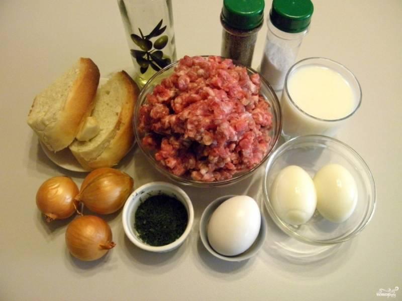Приготовьте продукты. Два яйца отварите для начинки вкрутую, а одно оставьте сырым для фарша. Ломтики хлеба замочите в стакане молока.