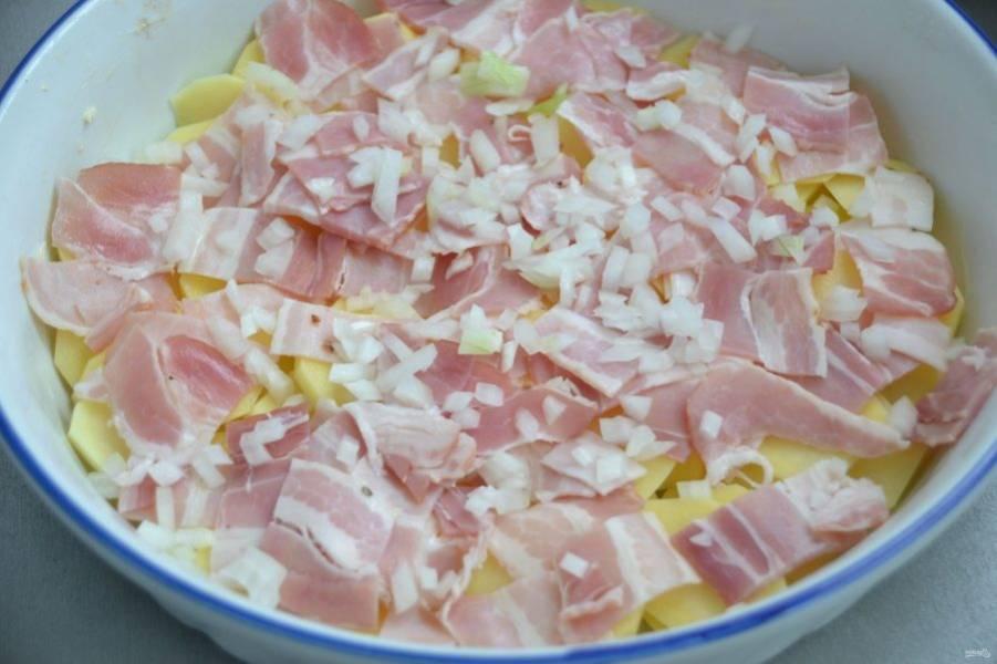 Нарежьте на кусочки бекон, выложите поверх картофеля, добавьте мелко нарезанный лук.
