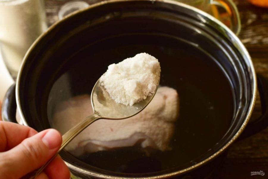 Промойте куриную спинку, выложите ее в кастрюлю, залейте водой. Добавьте соль.