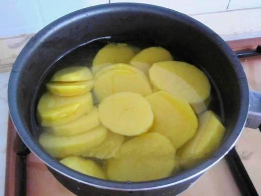 3. Рецепт приготовления мяса по-французски в фольге предполагает картофель. Его, конечно, можно и не добавлять. Картофель вымыть, очистить и нарезать средними кружочками.