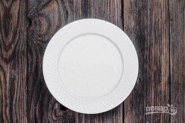 5.Для поливки взбейте греческий йогурт с яйцами и мукой. Добавьте рикотту с фетой и снова взбейте.