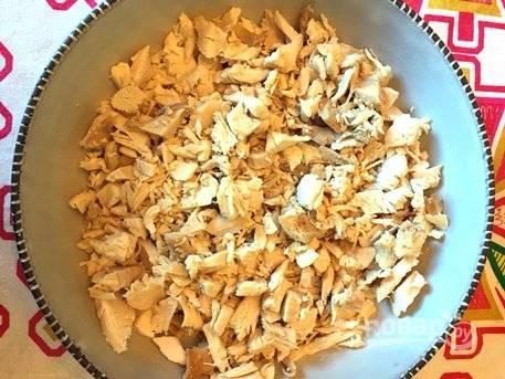Курицу порежьте мелкими кусочками. Сложите мясо в глубокую миску.