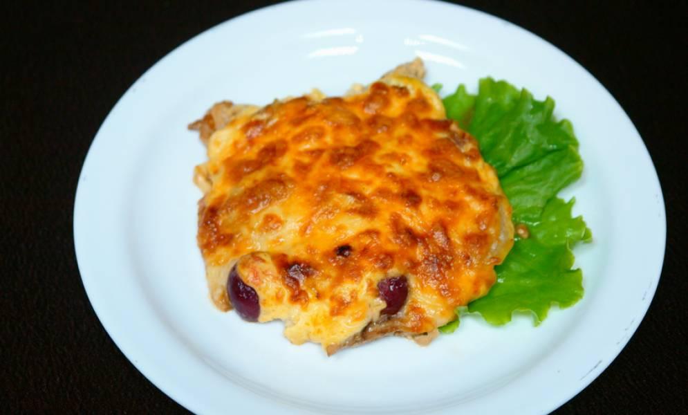 В конце приготовления посыпьте ромштексы тертым сыром. Накройте сковороду крышкой, готовьте пока сыр не расплавится. Приятного аппетита!