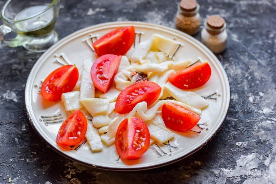 Помидоры черри сполосните и просушите, нарежьте дольками. Добавьте черри в салат.