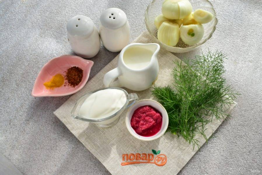 Подготовьте продукты для луковой подушки. Лук очистите, вымойте, нарежьте тонкими ломтиками.